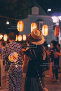 通りを歩く人の写真・画像素材[2290294]
