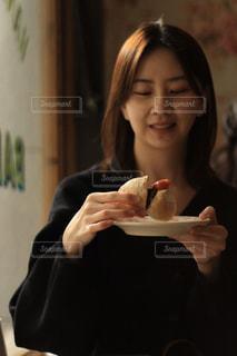 ピザを一切れ食べる女性の写真・画像素材[2814005]