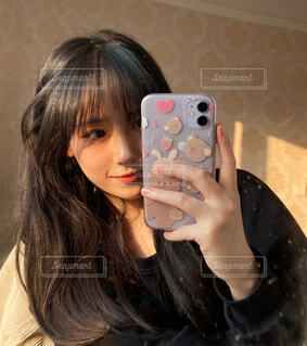 携帯電話を持っている女性の写真・画像素材[3940341]
