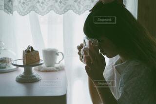 鏡の前に立ってカメラのポーズをとる人の写真・画像素材[4127576]