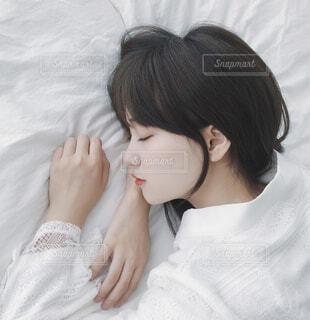 ベッドに座っている女性の写真・画像素材[4127596]