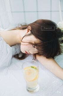 ベッドに座っている女性の写真・画像素材[4127601]