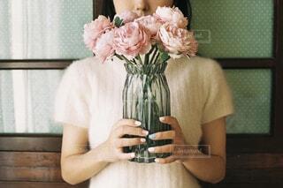 テーブルの上に花瓶を持っている人の写真・画像素材[4164068]