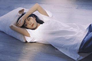 床に横になる女性の写真・画像素材[4194813]
