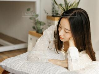 ベッドに座っている女性の写真・画像素材[4215043]