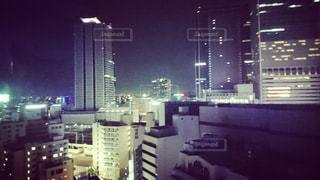 夜のライトアップされた街の写真・画像素材[893016]