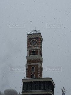 雪の日の時計塔の写真・画像素材[893163]
