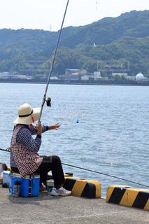 港で釣りを楽しむ 釣れましたの写真・画像素材[896572]