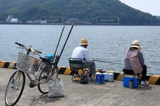 港で釣りを楽しむ夫婦の写真・画像素材[896582]