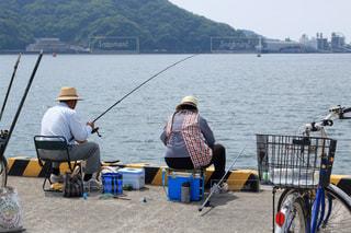 港で釣りを楽しむ夫婦の写真・画像素材[896583]