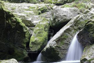 安居渓谷 小さな滝の写真・画像素材[899545]