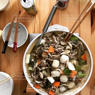 テーブルの上に食べ物のボウルの写真・画像素材[894441]