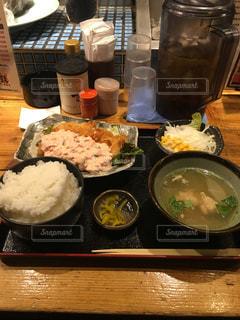 テーブルの上に食べ物のプレート - No.896627