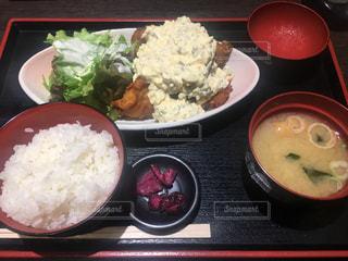 米肉と野菜をテーブルの上に食べ物のプレート - No.896629