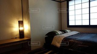 寝室、ベッドと窓の写真・画像素材[1284570]