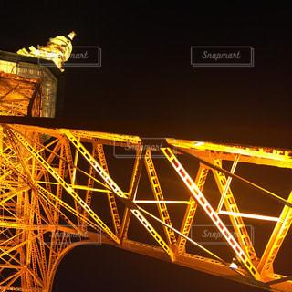 下から見る、夜の東京タワーの写真・画像素材[895051]
