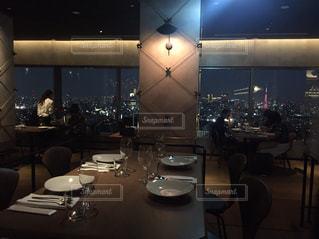 夜景の見えるおしゃれなレストランの写真・画像素材[895201]