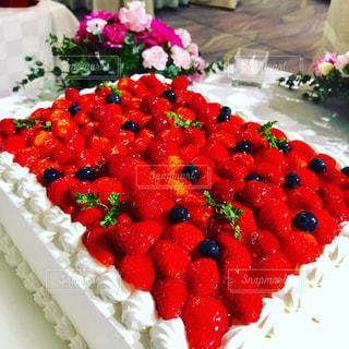 テーブルに赤と白のケーキ - No.895473