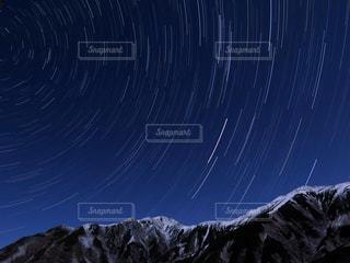 近く雪に覆われた山の写真・画像素材[897930]