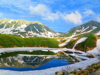 雪に覆われた山の写真・画像素材[897946]