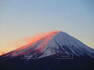 雪に覆われた山の写真・画像素材[897947]