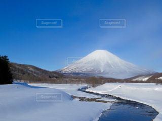 雪に覆われた山の写真・画像素材[897970]