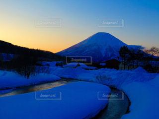 雪に覆われた山の写真・画像素材[897972]