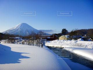雪に覆われた山の写真・画像素材[897977]