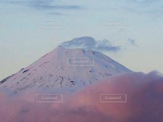 近く雪に覆われた山 - No.897979