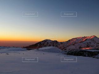 近く雪に覆われた山の写真・画像素材[897984]