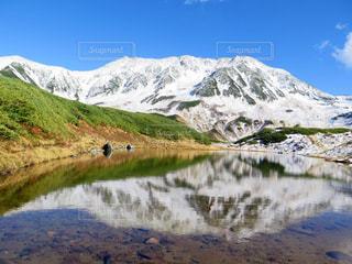 近く雪に覆われた山の写真・画像素材[897985]