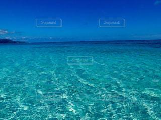 海の横にある水の体の写真・画像素材[898029]