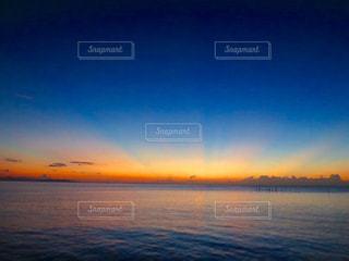 水の体に沈む夕日の写真・画像素材[898455]