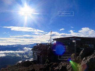 山の前に立っている男の写真・画像素材[899593]