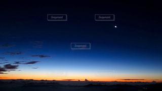 水の体に沈む夕日の写真・画像素材[899603]