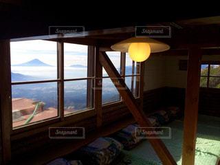 大きな窓のあるベッドルームの写真・画像素材[900034]