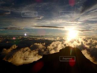 夕焼け空に浮かぶ雲の写真・画像素材[900038]