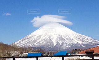 山に雲の鳥の写真・画像素材[901252]