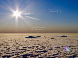 バック グラウンドで夕焼けの写真・画像素材[901296]