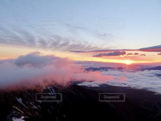 近くに空には雲の上の写真・画像素材[901301]