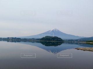 背景の山と水体の写真・画像素材[901302]