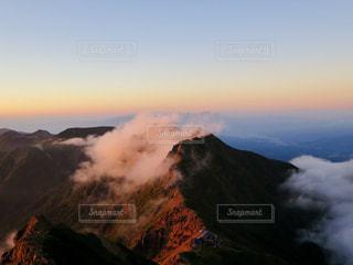 雪の覆われた山の上の雲の写真・画像素材[901427]