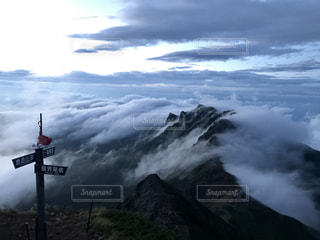 空の雲と山の写真・画像素材[901433]