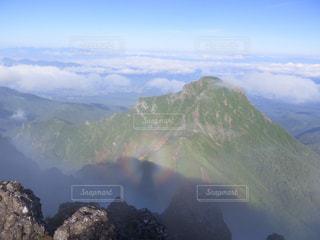 背景の大きな山のビューの写真・画像素材[901435]