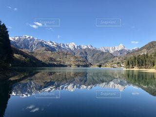背景の山と湖の写真・画像素材[906688]