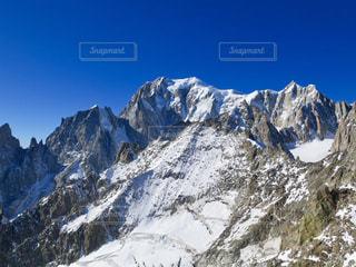 雪に覆われた山の写真・画像素材[906772]