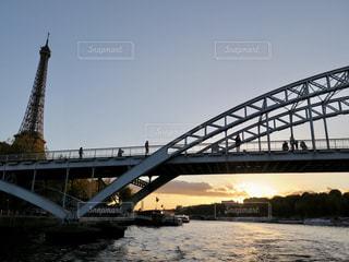 水の体の上を橋を渡る列車の写真・画像素材[906776]