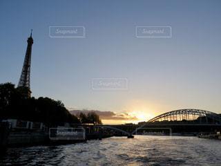 水の体の上の橋の写真・画像素材[906779]