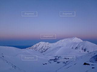 雪に覆われた山の写真・画像素材[910963]