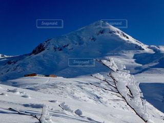 雪に覆われた山の写真・画像素材[910965]